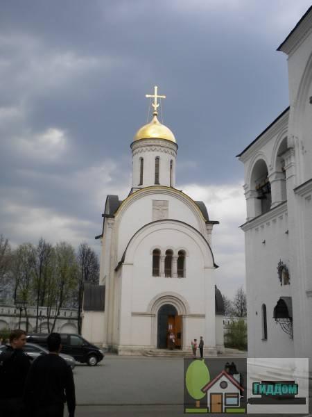 Вид спереди на дом №68 по Большой Московской улице (Христорождественская церковь). Снимок сделан в светлое время суток при сильной облачности.