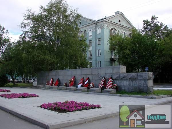 Памятник рабочим и служащим завода им. Я.М.Свердлова, погибшим в годы Великой Отечественной войны 1941-1945 гг.. Загружен из открытых источников.