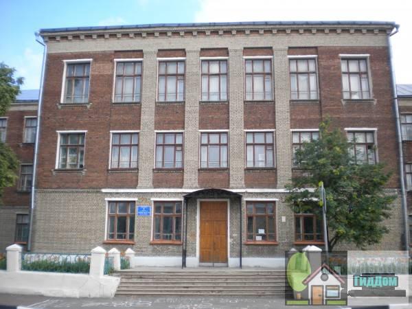 Вид спереди на дом №11 по улице Зайцева (общеобразовательная школа №7). Снимок сделан в светлое время суток при слабой облачности.