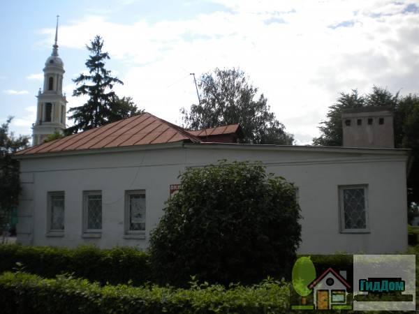 Вид на дом №48 по улице Зайцева (здание гаупвахты). Снимок сделан в светлое время суток при слабой облачности.