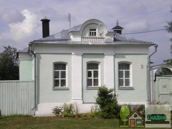 Вид спереди на дом №26 по улице Лазарева. Снимок сделан в светлое время суток при слабой облачности.