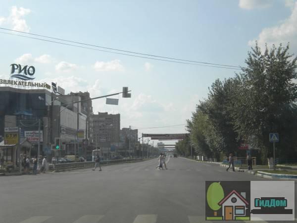 Общий вид на улицу Октябрьской Революции в Голутвине на пересечении с проспектом Кирова со стороны Щурова. Снимок сделан в светлое время суток при слабой облачности.