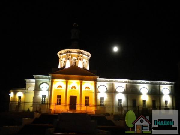 Общий вид на Церковь Михаила Архангела (дом №71 по Гражданской улице) со стороны улицы Октябрьской Революции. Снимок сделан в темное время суток при ясной погоде в полнолуние.