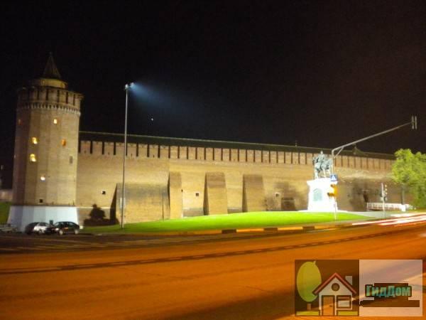 Общий вид на часть стены Коломенского кремля от Запрудного моста. Снимок сделан в темное время суток при ясной погоде.