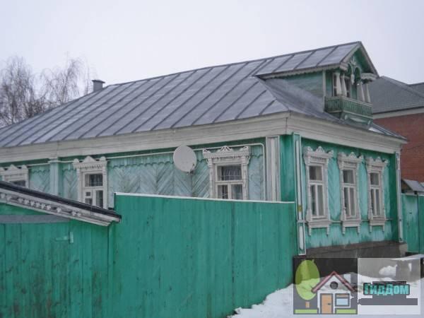 Вид вполоборота на дом №20 по улице Казакова. Снимок сделан в светлое время суток при слабой облачности.