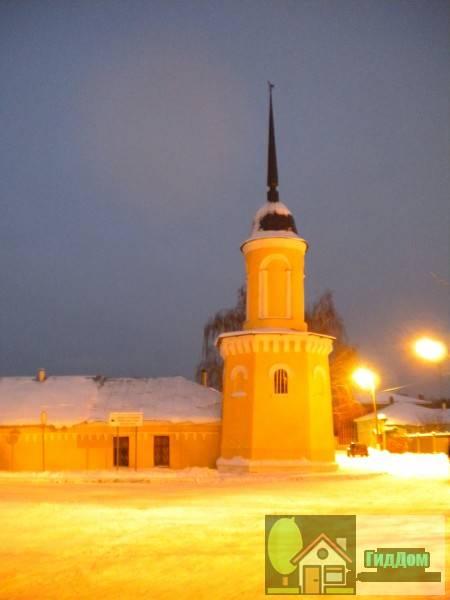 Вид на башню ограды Новоголутвинского монастыря (дом №12а по улице Казакова). Снимок сделан в условиях вечерних сумерек суток при слабом снегопаде.
