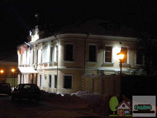 Вид вполоборота на дом №7 по улице Лажечникова. Снимок сделан в условиях вечерних сумерек суток при слабой облачности.