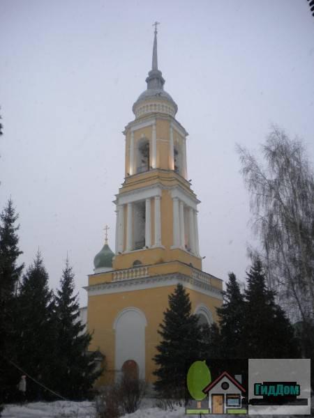 Вид на колокольню Новоголутвинского монастыря (дом №9 по улице Лазарева). Снимок сделан в светлое время суток при слабом снегопаде.