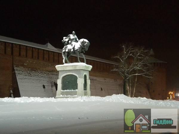 Вид на памятник Дмитрию Донсокому. Снимок сделан в тёмное время суток при ясной погоде.