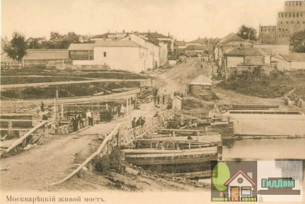 Бобреньевский понтонный мост (Москворецкий живой мост) со стороны села Бобреньева на старой открытке. Снимок начала XX века.