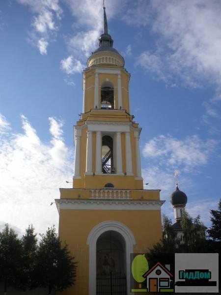 Вид на колокольню Новоголутвинского монастыря (дом №9 по улице Лазарева) со стороны Соборной площади. Снимок сделан в светлое время суток при ясной погоде.