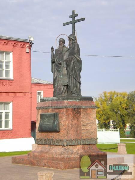Вид на памятник Кириллу и Мефодию на Соборной площади Коломенского кремля. Снимок сделан в светлое время суток при ясной погоде.