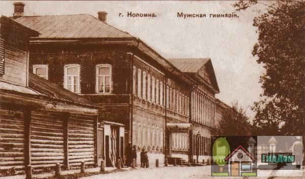 Вид вполоборота на здание старой мужской гимназии (Мещаниновская улица) на старой открытке. Снимок начала XX века.
