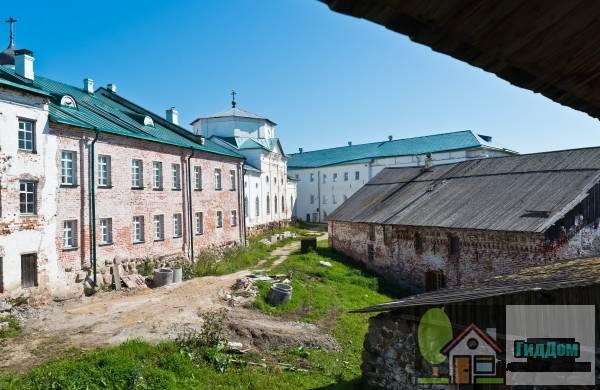 Хозяйственные постройки и фортификационные сооружения