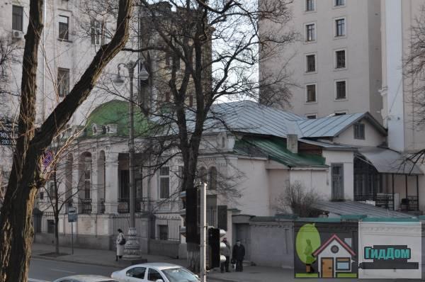Дом, где собирались декабристы, который в 1821 году посещал А. С. Пушкин; в начале XX века. размещалась мужская гимназия № 5 (Будинок, де збиралися декабристи, який у 1821 році відвідував О.С.Пушкін; на початку XXст. розміщувалася чоловіча гімназія №5