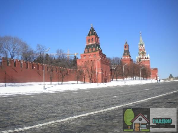 Общий вид на Васильевский спуск и башни Московского кремля со стороны набережной Москва-реки. Снимок сделан в светлое время суток при слабой облачности.