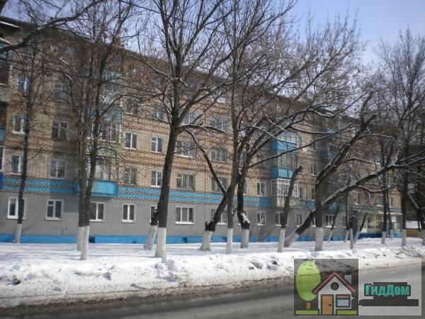 Вид спереди на пятиэтажный жилой дом в Запрудах (дом №151 по улице Октябрьской Революции) с южной стороны. Снимок сделан в выходной день в светлое время суток при ясной погоде.
