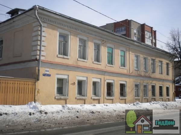 Вид спереди на малоэтажный жилой дом в Запрудах на углу улиц Буфеева и Октябрьской Революции (дом №159 по улице Октябрьской Революции) с западной стороны. Снимок сделан в выходной день в светлое время суток при ясной погоде.