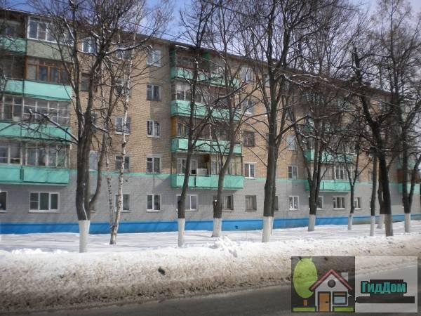 Вид спереди на пятиэтажный жилой дом в Запрудах (дом №165 по улице Октябрьской Революции) с юго-западной стороны. Снимок сделан в выходной день в светлое время суток при ясной погоде.
