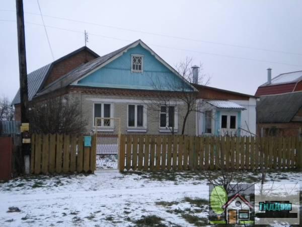 Вид вполоборота на частный жилой дом из белого кирпича №9 на Новой улице в Непецино со стороны главной дороги посёлка с северо-восточной стороны. Снимок сделан в выходной день в светлое время суток при сильном снегопаде.
