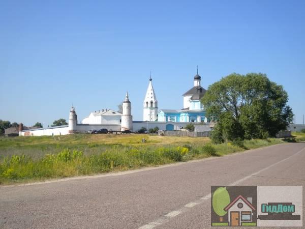 Общий вид на Бобреньевский монастырь в посёлке Старое Бобреньево с юго-западной стороны с коломенской дороги (Р115). Снимок сделан в выходной день в светлое время суток при ясной погоде.