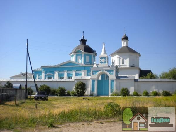 Общий вид на Бобреньевский монастырь в посёлке Старое Бобреньево с южной стороны с коломенской дороги (Р115). Снимок сделан в выходной день в светлое время суток при ясной погоде.