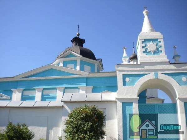 Общий вид на ворота Бобреньевского монастыря в посёлке Старое Бобреньево с юго-восточной стороны. Снимок сделан в выходной день в светлое время суток при ясной погоде.