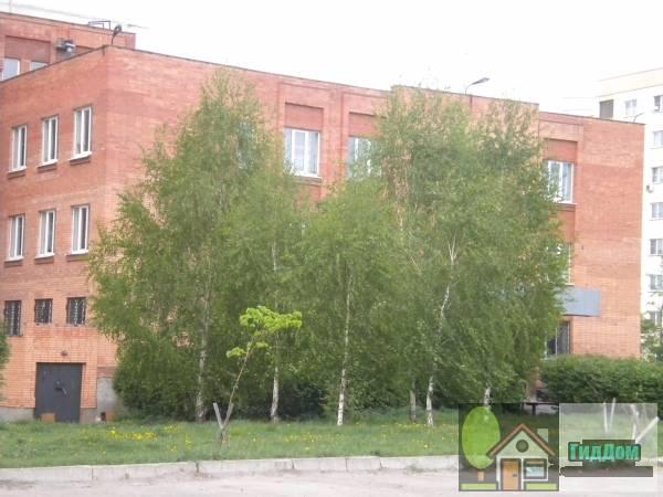 Вид с торца на здание бюро по трудоустройству (дом №80) на улице Дзержинского с юго-восточной стороны стороны. Снимок сделан в выходной день в светлое время суток при слабой облачности.