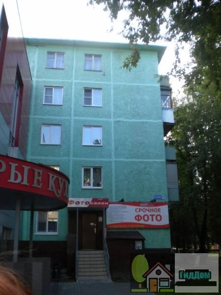 Вид с торца на пятиэтажный панельный жилой дом №22 на проспекте Кирова с восточной стороны. Снимок сделан в выходной день в светлое время суток при слабой облачности.