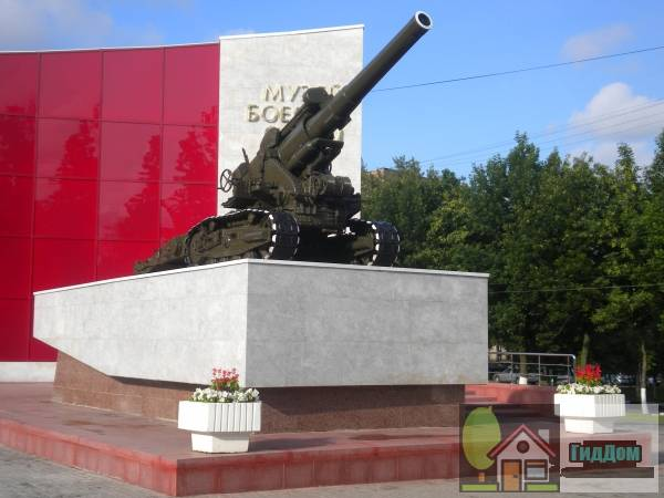 Памятник воинам-артиллиристам перед Музеем боевой славы