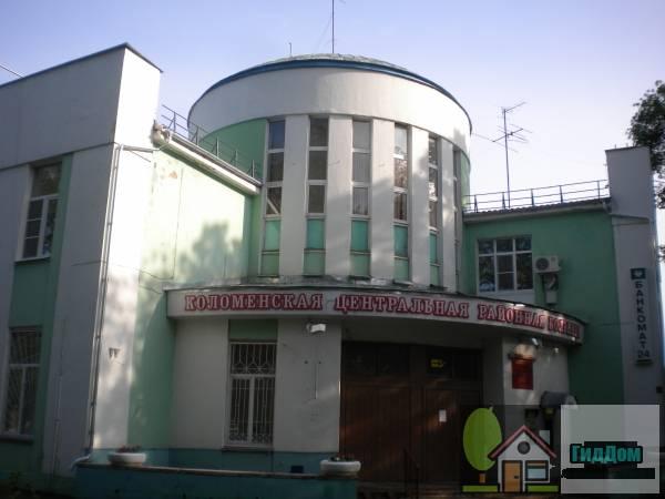 Вид вполоборота на главный корпус центральной районной больницы (дом №318) по улице Октябрьской Революции с северо-западной стороны. Снимок сделан в выходной день в светлое время суток при слабой облачности.