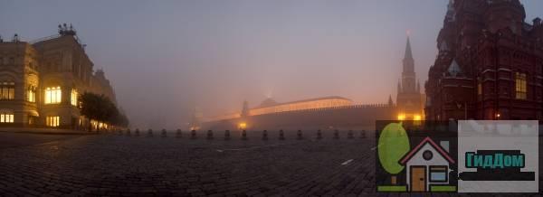 Панорамный вид на Красную площадь с Исторического музея с северной  стороны. Снимок сделан 4 августа 2010 года в тёмное время суток при сильном тумане (смоге от подмосковных пожаров). Изображение загружено из Яндекс.Фото. (Оригинал снимка: http://img-fotki.yandex.ru/get/5400/alexey-dolotov.0/0_45805_d3e76cbe_orig). Автор: Алексей Долотов.