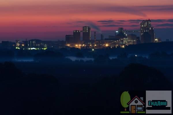 Вид на Щуровский цементный завод с противоположного берега Москва-реки. Снимок сделан 21 сентября 2012 года ранним утром при слабой облачности. Изображение загружено из Яндекс.Фото. (Оригинал снимка: http://img-fotki.yandex.ru/get/6512/55693181.15/0_807df_ee5879d4_XXL.jpg). Автор: texus2009.