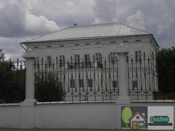 Вид спереди на главный дом усадьбы И.И. Лажечникова (дом №194) на улице Октябрьской Революции в Старой Коломне с северо-западной стороны. Снимок сделан в светлое время суток при слабой облачности.