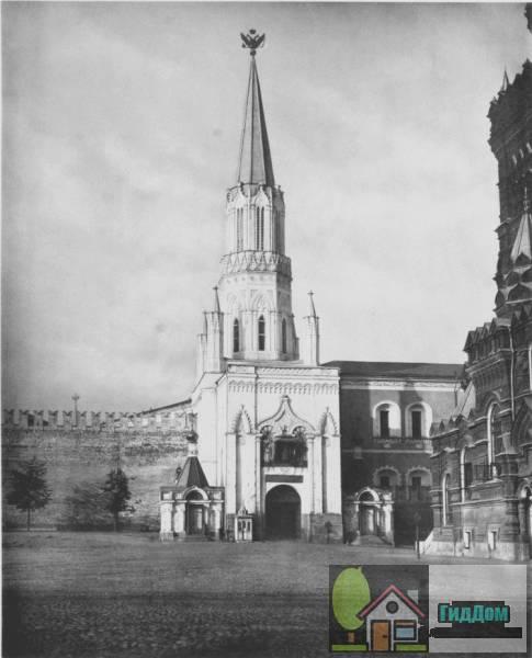 Исторический вид спереди на Никольскую башню Московского кремля со стороны современной Красной площади с северо-восточной стороны. Снимок сделан в 1883 году в светлое время суток Николаем Александровичем Найденовым. Снимок загружен из Википедии.