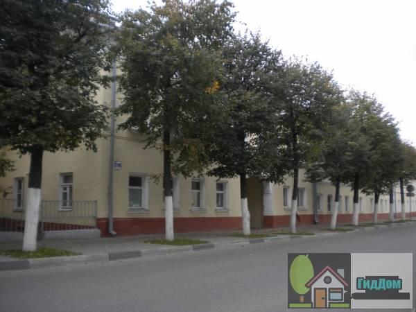 Вид вполоборота на особняк (дом №218) на улице Октябрьской Революции с юго-восточной стороны. Снимок сделан в светлое время суток при сильной облачности.