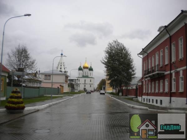 Общий вид улицы Лазарева от усадьбы Колчинских (Краеведческого музея) с западной стороны. Снимок сделан в светлое время суток при слабом дожде.