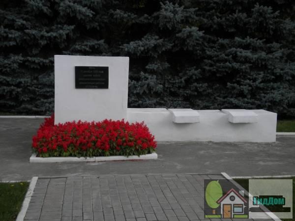 Вид спереди на памятный знак на месте расстрела демонстрации в 1905 году у Мемориального парка на Советской площади на пересечении улицы Октябрьской Революции и проспекта Кирова с южной стороны. Снимок сделан в светлое время суток при слабой облачности.