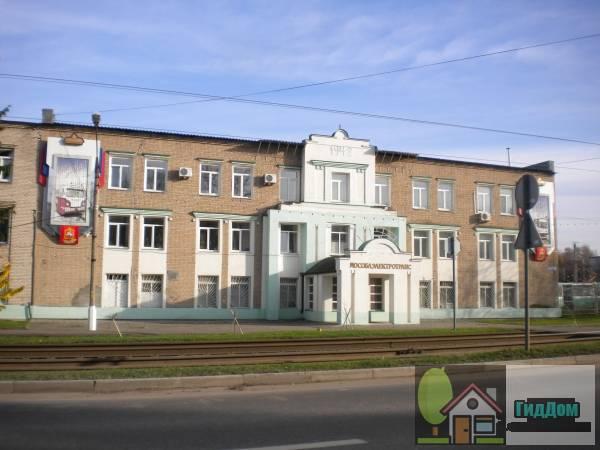 Вид вполоборота на здание трамвайного управления (дом №5) на проспекте Кирова с западной стороны. Снимок сделан в светлое время суток при слабой облачности.