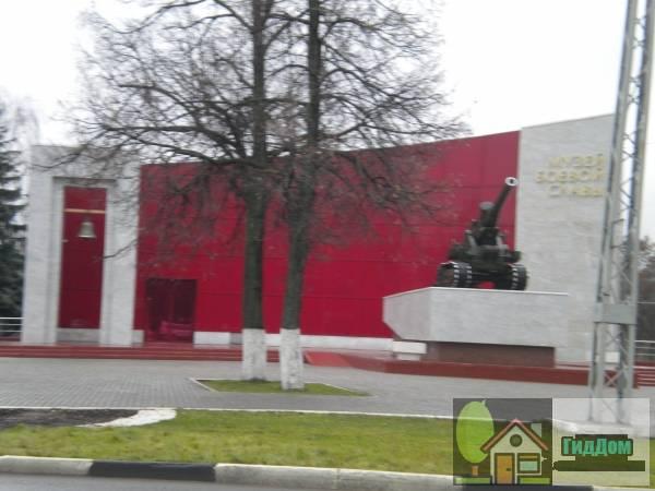Вид спереди на здание Музея боевой Славы (дом №262) на улице Октябрьской Революции с южной стороны. Снимок сделан в светлое время суток при слабом дожде.