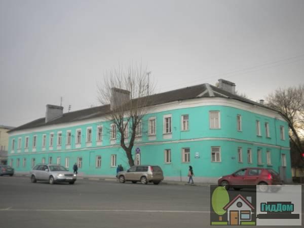 Вид вполоборота на малоквартирный жилой дом №190-192 на улице Октябрьской Революции с северо-западной стороны. Снимок сделан в светлое время суток при слабом дожде.