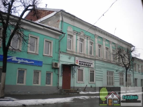 Вид вполоборота на двухэтажный дом «Коломенской правды» (дом №206) на улице Октябрьской Революции с северо-восточной стороны. Снимок сделан в светлое время суток при слабой облачности.