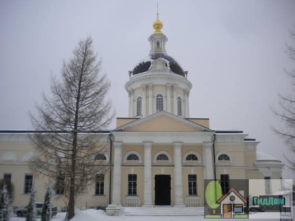 Вид сбоку на церковь архангела Михаила (дом №71) на Гражданской улице с восточной стороны с Гранатной улице. Снимок сделан в светлое время суток при слабой облачности.