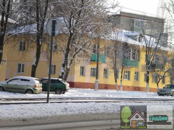 Вид вполоборота на малоэтажный жилой дом №23 на проспекте Кирова с северо-западной стороны. Снимок сделан в светлое время суток при слабой облачности.