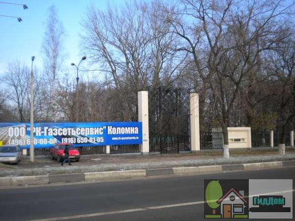 Вид вполоборота на вход в Бобровский парк на улице Октябрьской Революции с юго-западной стороны. Снимок сделан в светлое время суток при слабой облачности.