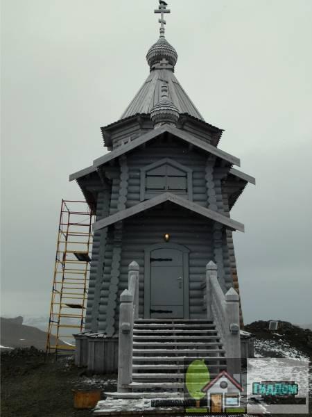 Вид сбоку на церковь Святой Троицы в Антарктиде. Снимок сделан 21 января 2011 года. Автор снимка СноуСуан (SnowSwan). Снимок загружен из Википедии.