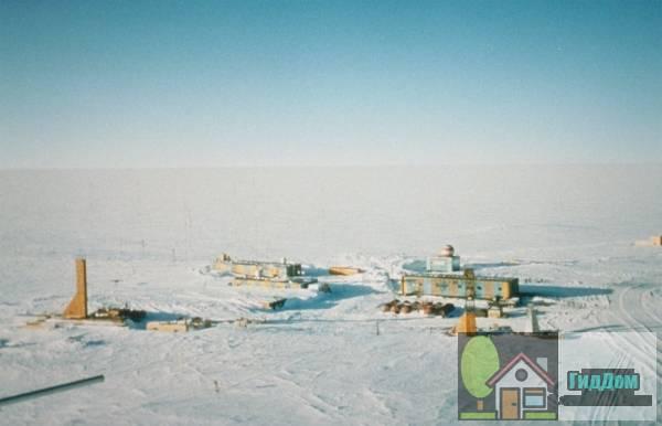 Общий вид на научную станцию Восток в Антарктиде. Снимок сделан 11 октября 2001 года. Автор снимка Тодд Зоверс (Todd Sowers). Снимок загружен из Википедии.
