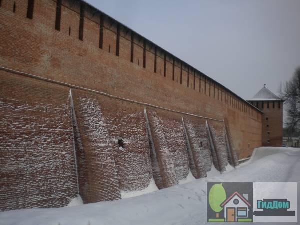 Общий вид на стену кремля и Ямскую башню