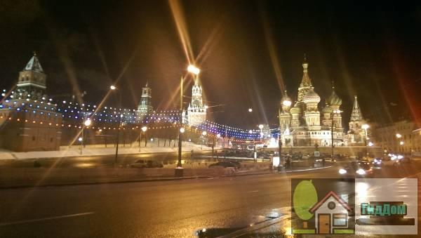 Общий вид Московский Кремль и Красную площадь со стороны площади Васильевского Спуска. Снимок сделан в тёмное время суток при сильной облачности.