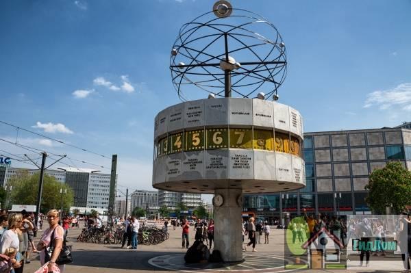 Часы всемирного времени Урания на Александерплац. Автор снимка — Елена Витинг.